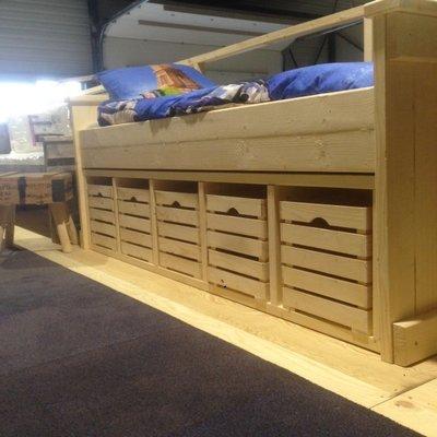 Steigerhouten 1-persoons bed met opberg kisten